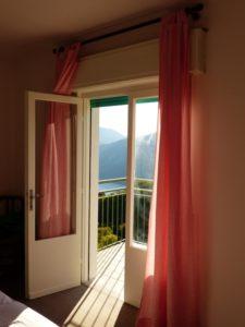 Lyse gardiner, åpnet vindu sommer